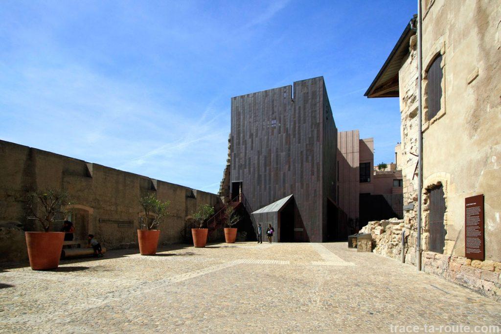 MuCEM : la cour des orangers et la billetterie du Fort Saint-Jean de Marseille
