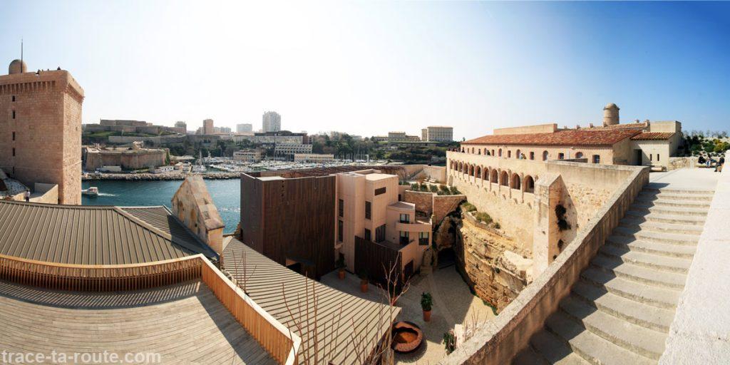 MuCEM : la tour du Roi René, la cour de la commande, le village du Fort Saint-Jean avec le Pharo et le port de plaisance de Marseille en fond