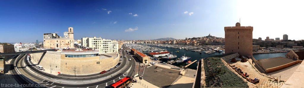 Vue sur Marseille depuis le Fort Saint-Jean : l'Église Saint-Laurent, le Vieux Port, la Basilique Notre-Dame de la Garde et la tour du Roi René
