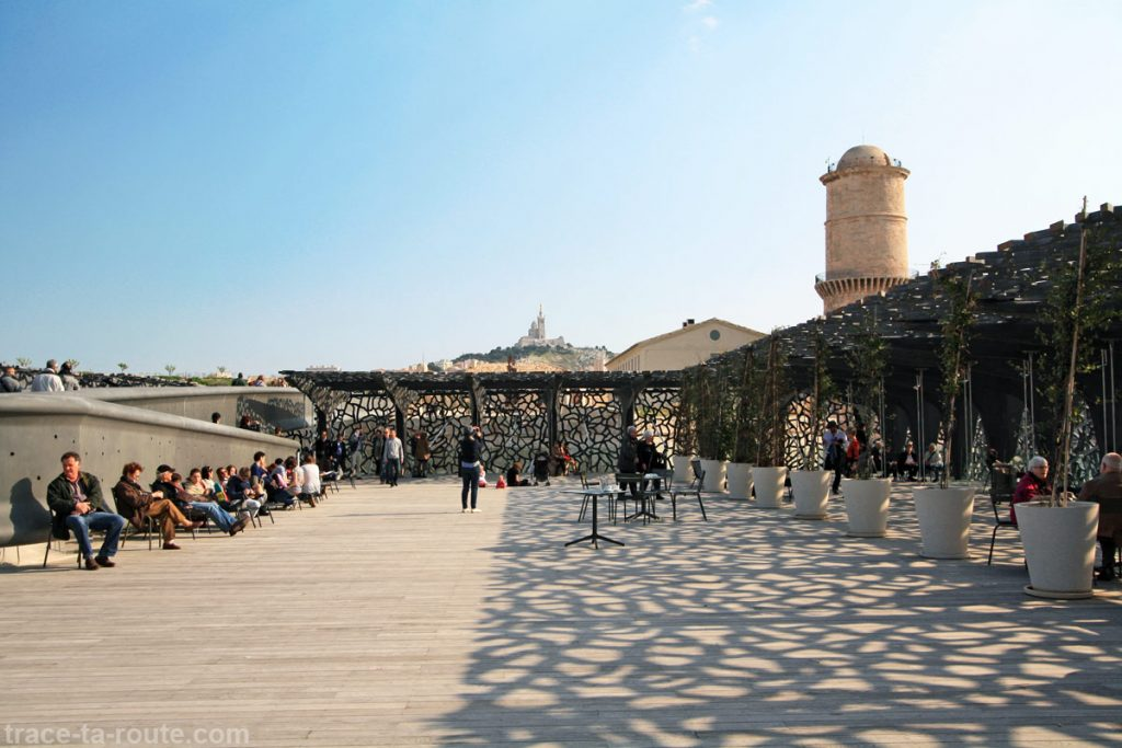 Terrasse du MuCEM et Basilique Notre-Dame de la Garde de Marseille en fond