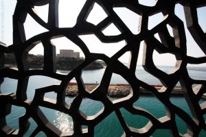 Vue sur le Pharo et depuis le mer à travers l'architecture du MuCEM de Marseille