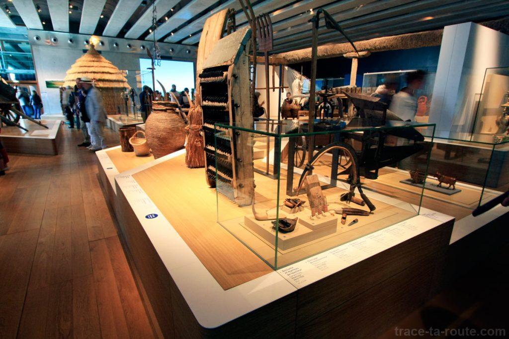 """Objets divers, exposition permanente (MuCEM, salle 1 de la Galerie de la Méditerranée : """"Invention des agricultures, naissance des dieux"""")"""