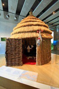 """Hutte de Sarakatsans (MuCEM, salle 1 de la Galerie de la Méditerranée : """"Invention des agricultures, naissance des dieux"""")"""