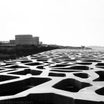 Architecture extérieure du MuCEM avec le Pharo en fond, Marseille