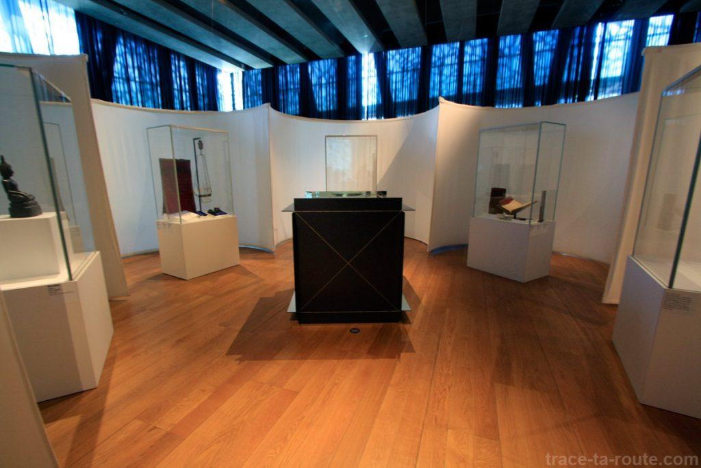 """""""Lieu de recueillement et de prière pluriconfessionnel"""" (2000-2013) et """"Mètre cube d'infini """"(1966) Michelangelo PISTOLETTO (MuCEM, salle 2 de la Galerie de la Méditerranée : """"Jérusalem, ville trois fois sainte"""")"""