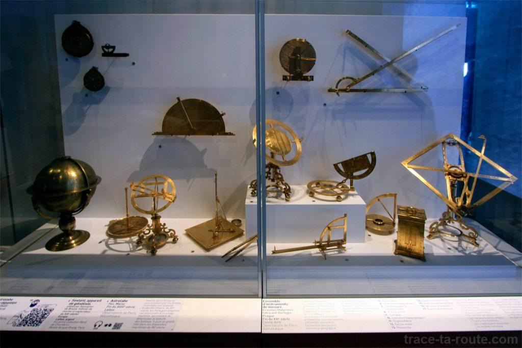 """Astrolabes et instruments géographiques (MuCEM, Galerie de la Méditerranée, salle 4 : """"Au-delà du monde connu"""")"""