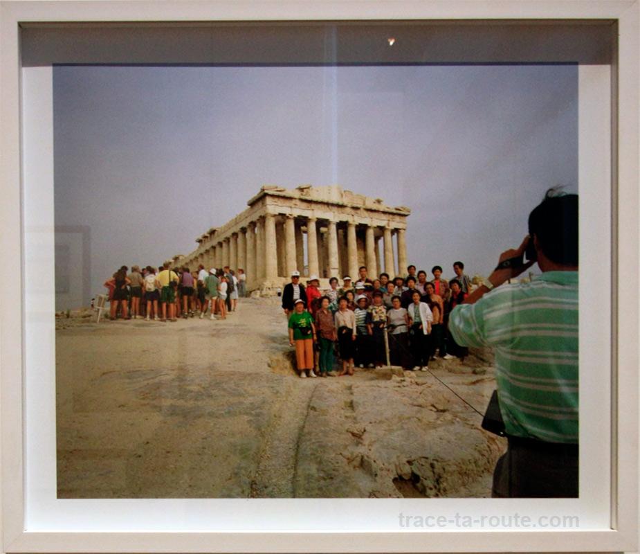 """""""Necropolis, Athens, Greece"""" (1991) Martin PARR (MuCEM, Galerie de la Méditerranée, salle 4 : """"Au-delà du monde connu"""")"""