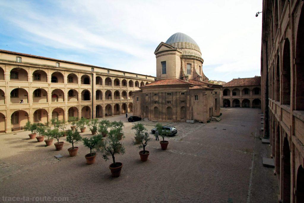 Cour intérieure de la Vieille Charité de Marseille avec la chapelle