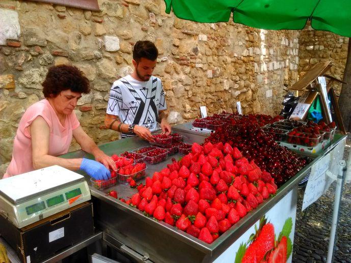 stand de fraises sur une marché de lisbonne