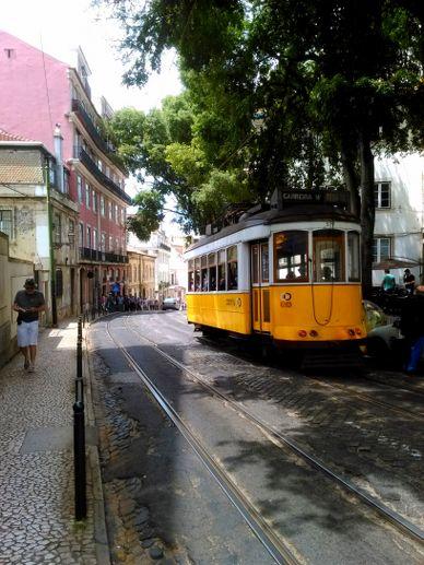 le tram 28E de Lisbonne tout jaune