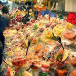 Étal de salades de fruits à la Boqueria, marché de Barcelone
