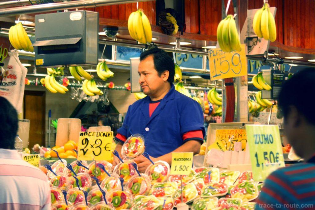 Stand de salades de fruits à la Boqueria, marché de Barcelone