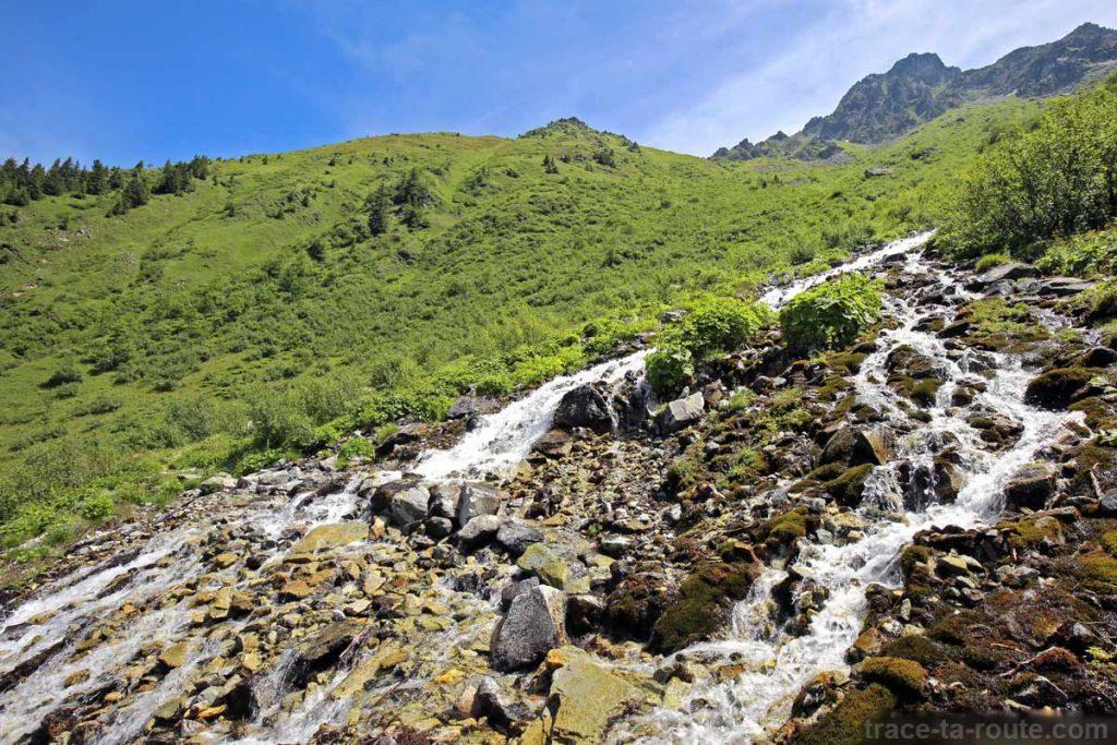 Torrent sur le sentier de randonnée des Lacs des 7 Laux (Belledonne)