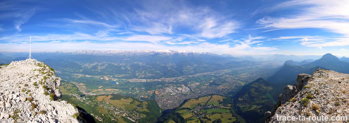 Vue depuis le sommet de la Dent de Crolles : le Plateau des Petites Roches, le Grésivaudan et la Chaine de Belledonne