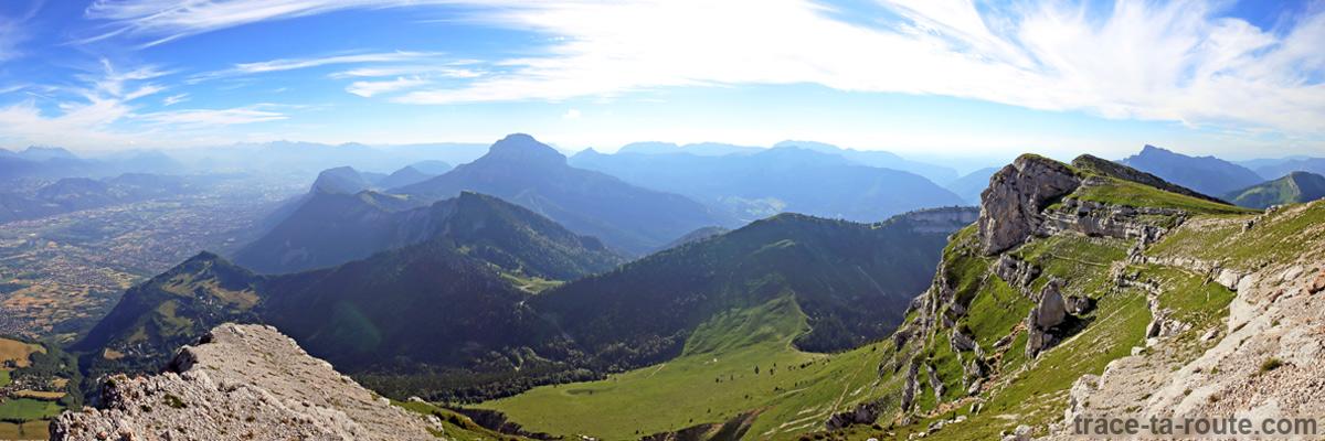 Vue depuis le sommet de la Dent de Crolles : Chamechaude, le sud de la Chartreuse et le Pas de l'Oeillean et la Chaine de Belledonne
