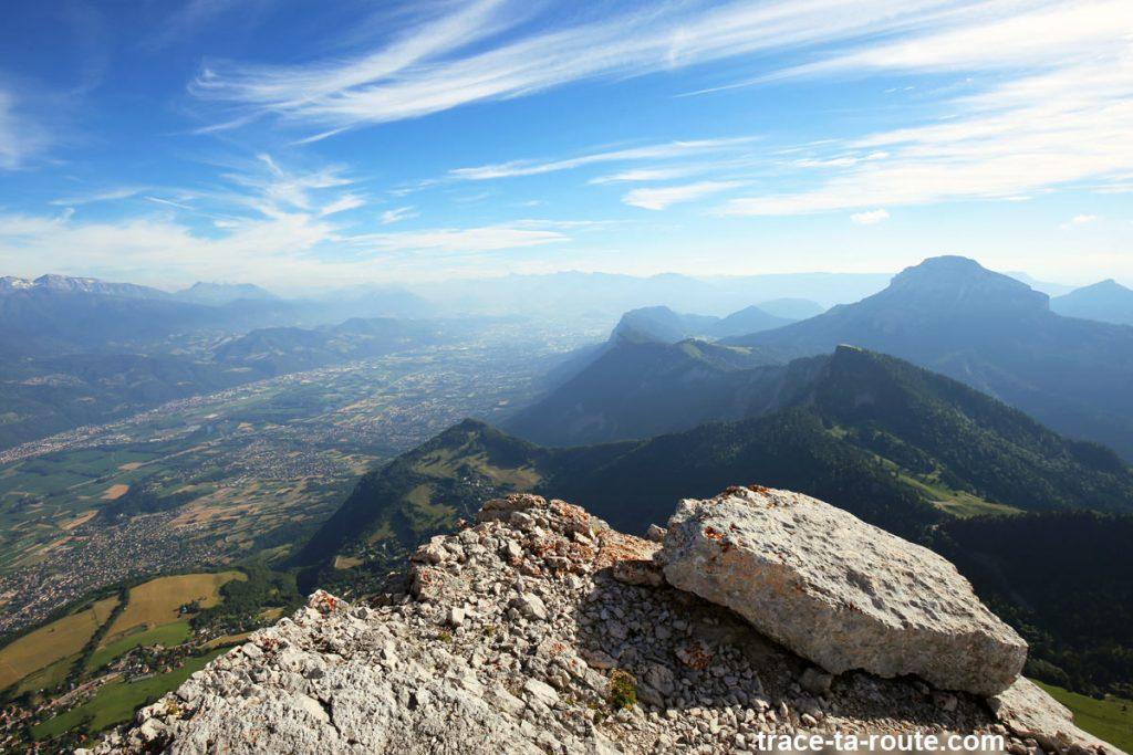 Vue sur le Grésivaudan et Chamechaude depuis le sommet de la Dent de Crolles