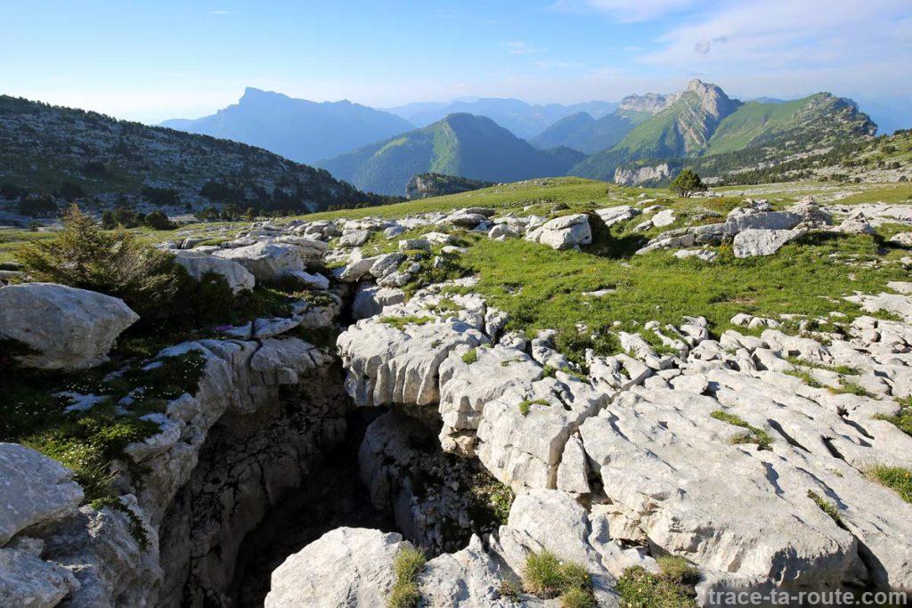 Trou dans les lapiaz du Plateau de la Dent de Crolles en Chartreuse