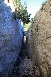La Cheminée du Paradis : passage entre les rochers sur le sentier de la Dent de Crolles par le Trou du Glaz