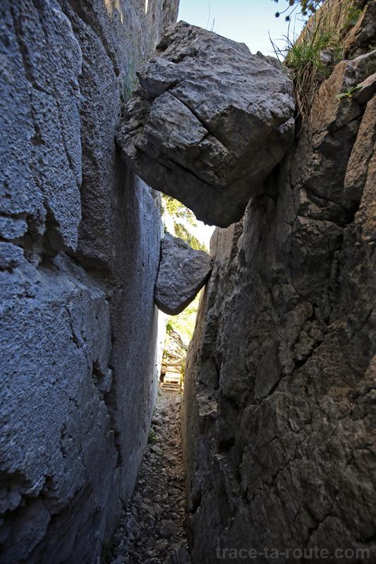 La Cheminée du Paradis de la Dent de Crolles : passage entre les rochers sur le sentier par le Trou du Glaz
