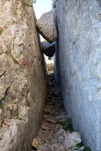 La Cheminée du Paradis : diaclase sur le sentier de la Dent de Crolles par le Trou du Glaz