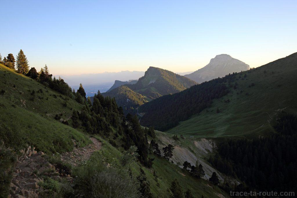 Le Col des Ayes et Chamechaude depuis le sentier de la Dent de Crolles par le Trou du Glaz