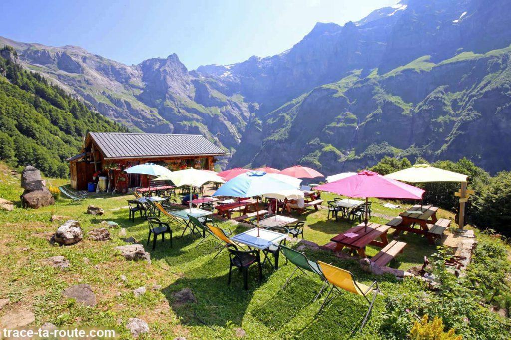 La Terrasse et les parasols colorés du Chalet du Boret