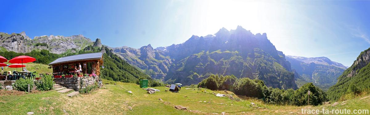Le Chalet du Boret et sa vue panoramique sur le Pic de Tenneverge et le Cirque du Fer-à-Cheval