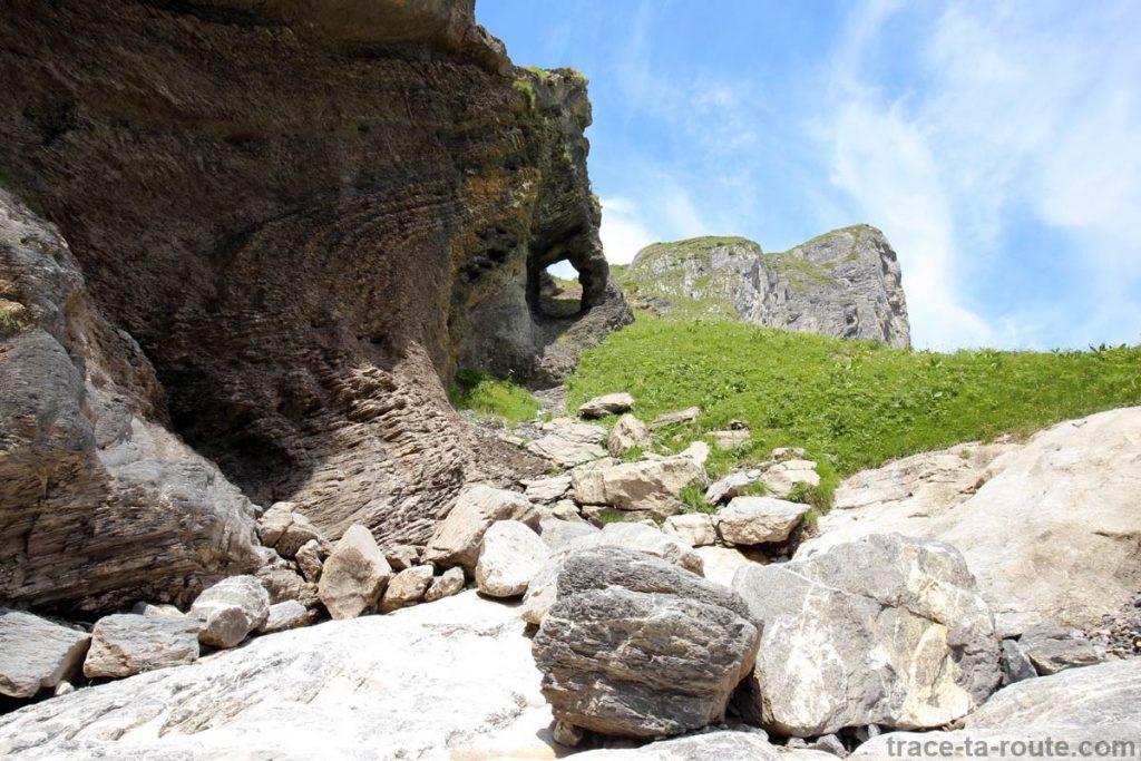 Arche Le Dardet sur le sentier qui mène au Refuge de la Vogealle