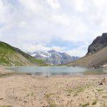 Le bout du Lac de la Vogealle avec la Pointe Rousse des Chambres et le Pic de Tenneverge en fond