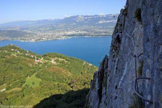 Vue sur le Lac du Bourget et Aix-les-Bains depuis la via ferrata de la Dent du Chat Roc du Cornillon - parcours Primevère à Oreille d'Ours