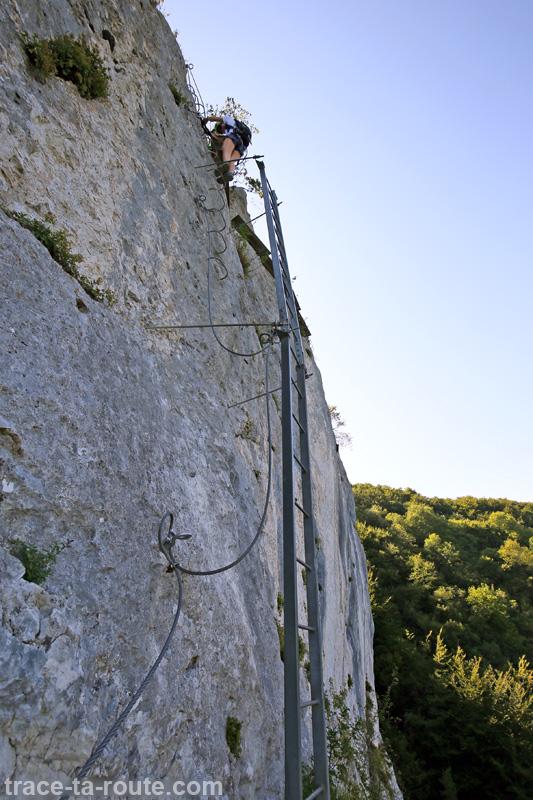 Descente échelle Via ferrata Roc du Cornillon Dent du Chat - parcours Primevère à Oreille d'Ours