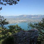 Vue sur Aix-les-Bains, le Lac du Bourget et Le Revard depuis la via ferrata Dent du Chat Roc du Cornillon - parcours Primevère à Oreille d'Ours
