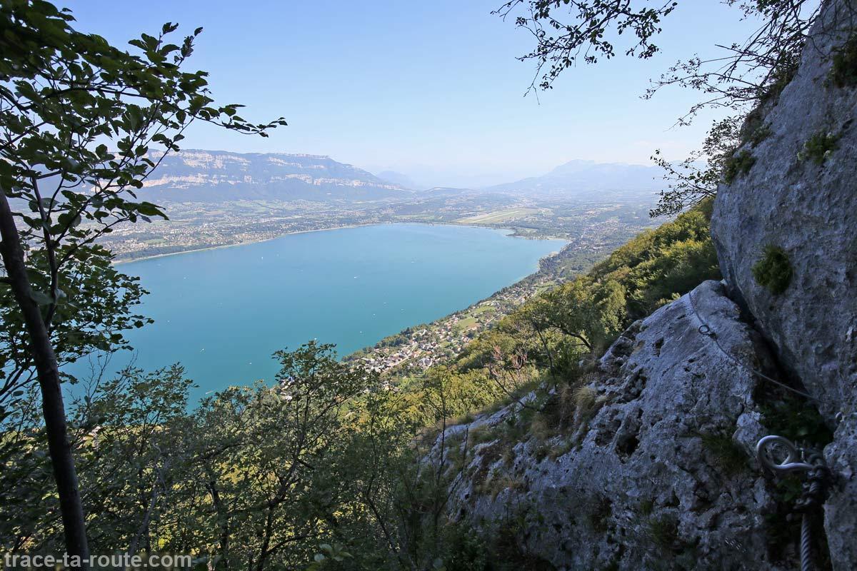 Vue sur le Lac du Bourget et Chambéry depuis la via ferrata Roc du Cornillon Dent du Chat - parcours Primevère à Oreille d'Ours