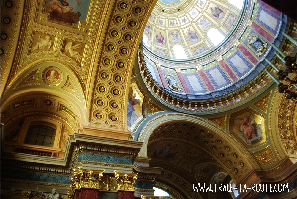 Dorures et voûtes de la basilique Saint Etienne à Budapest- Blog Voyage Trace Ta Route