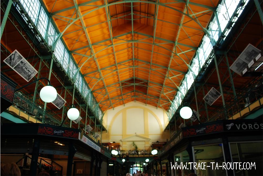 Intérieur d'un marché couvert de Budapest - Blog Voyage Trace Ta Route