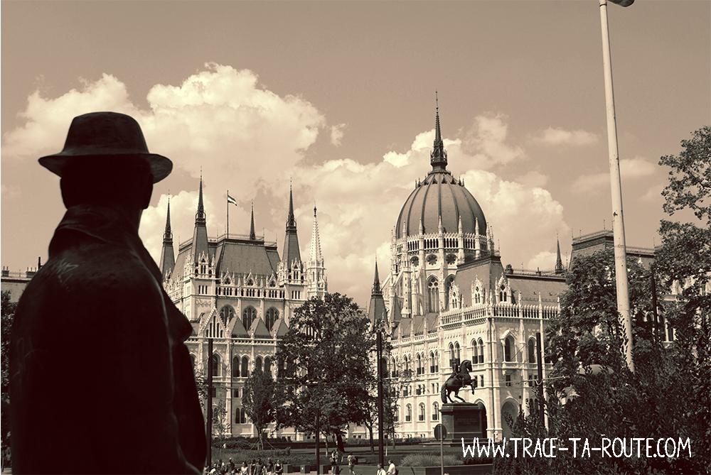 Statue au Parlement à Budapest- Blog Voyage Trace Ta Route