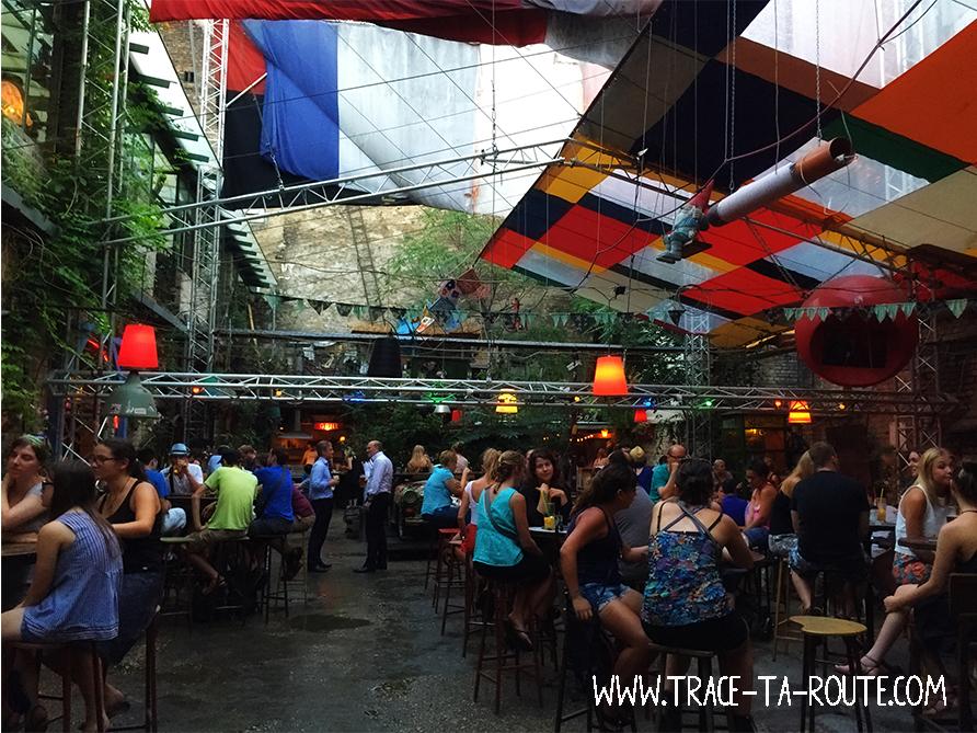 Terrasse du Szimpla à Budapest - Blog Voyage Trace Ta Route