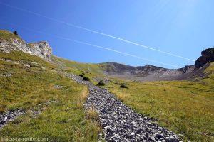 Montée dans le pierrier du Mont Charvin