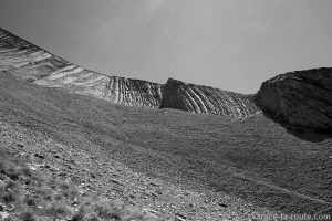 Strates géologiques dans le pierrier du Mont Charvin