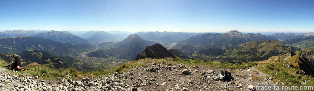 Vue depuis le sommet du Mont Charvin (vue Sud - La Combe de Savoie, la Tarentaise et les Bauges)
