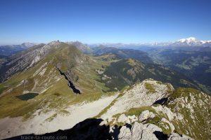 L'arête du Pas de l'Ours, le Lac du Mont Charvin, la Chaine des Aravis et le Mont Blanc