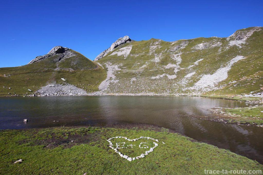 Cœur en cailloux au bord du Lac du Mont Charvin et la Goenne