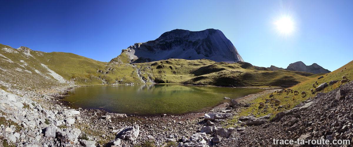 Le Lac du Mont Charvin et le Charvin en fond