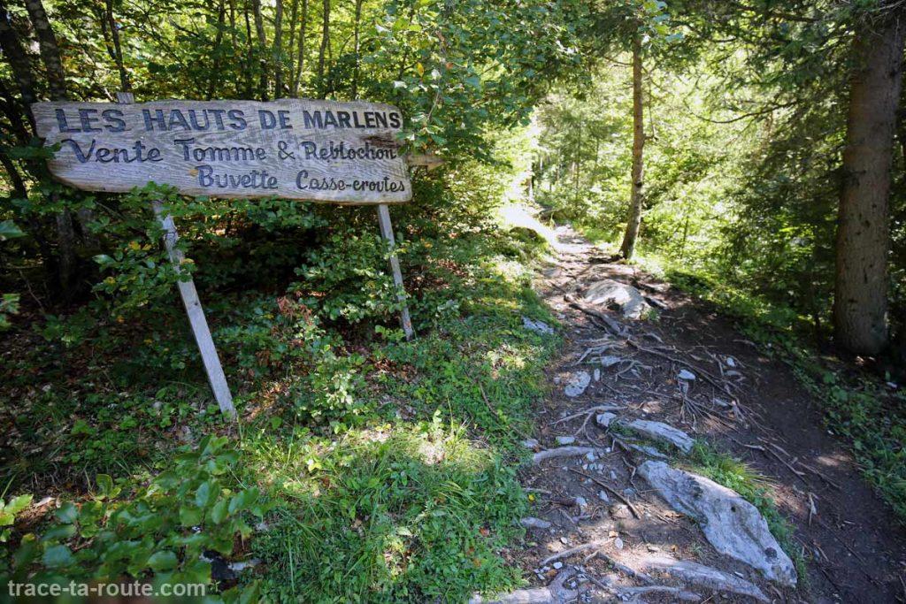 Panneau 'Les Hauts de Marlens' sur le sentier de randonnée du Mont Charvin