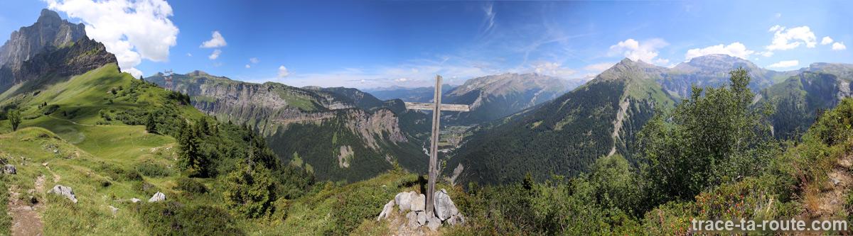 Vue sur Sixt-Fer-à-Cheval et la vallée du Haut-Giffre depuis le Collet d'Anterne