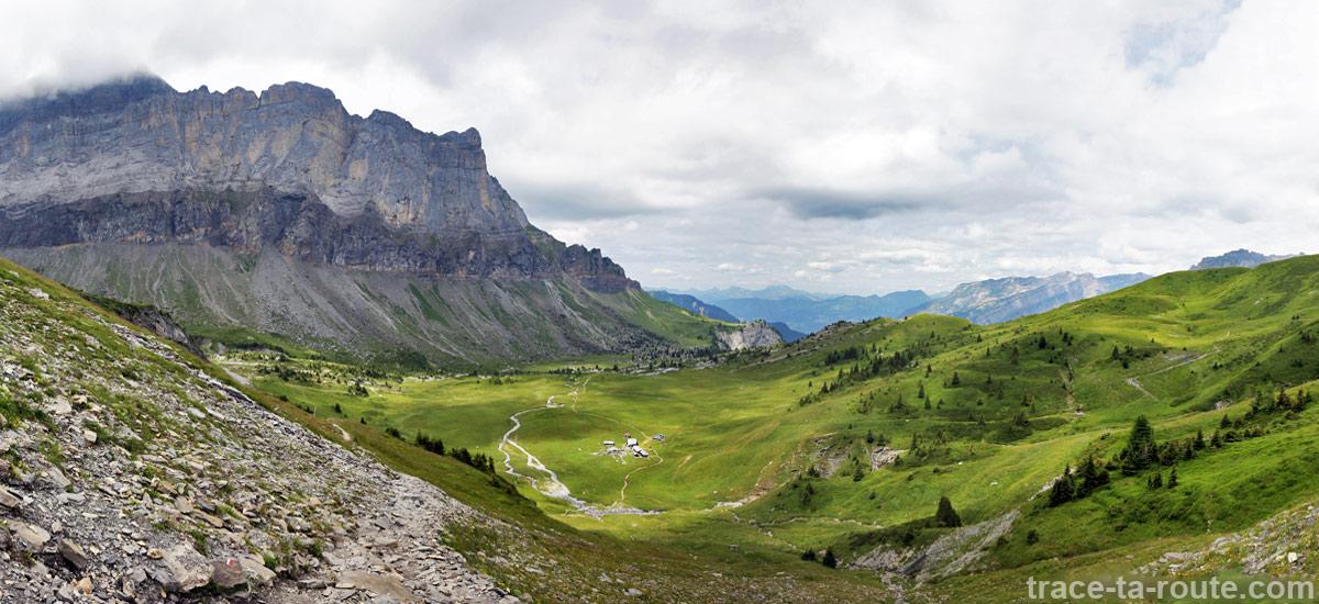 Le plateau de la Montagne d'Anterne avec le Refuge d'Anterne Alfred Wills et la Pointe de Sales