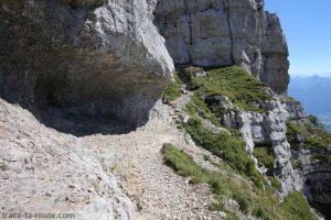 Sentier étroit le long de la falaise à La Tournette