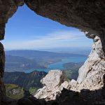 Le Lac d'Annecy à travers le trou au sommet de La Tournette