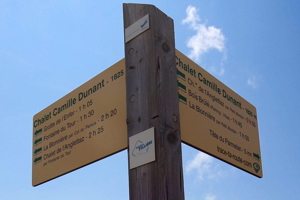 Panneau itinéraires de randonnée depuis le sommet du Parmelan (Refuge Camille Dunant)