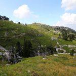 Le Chalet Camille Dunant au sommet du Parmelan depuis le sentier de randonnée vers la Grotte de l'Enfer